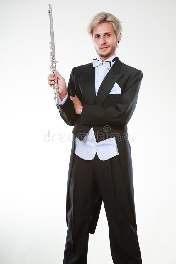 La queue de pie de port de flûtiste masculin tient la cannelure image libre de droits