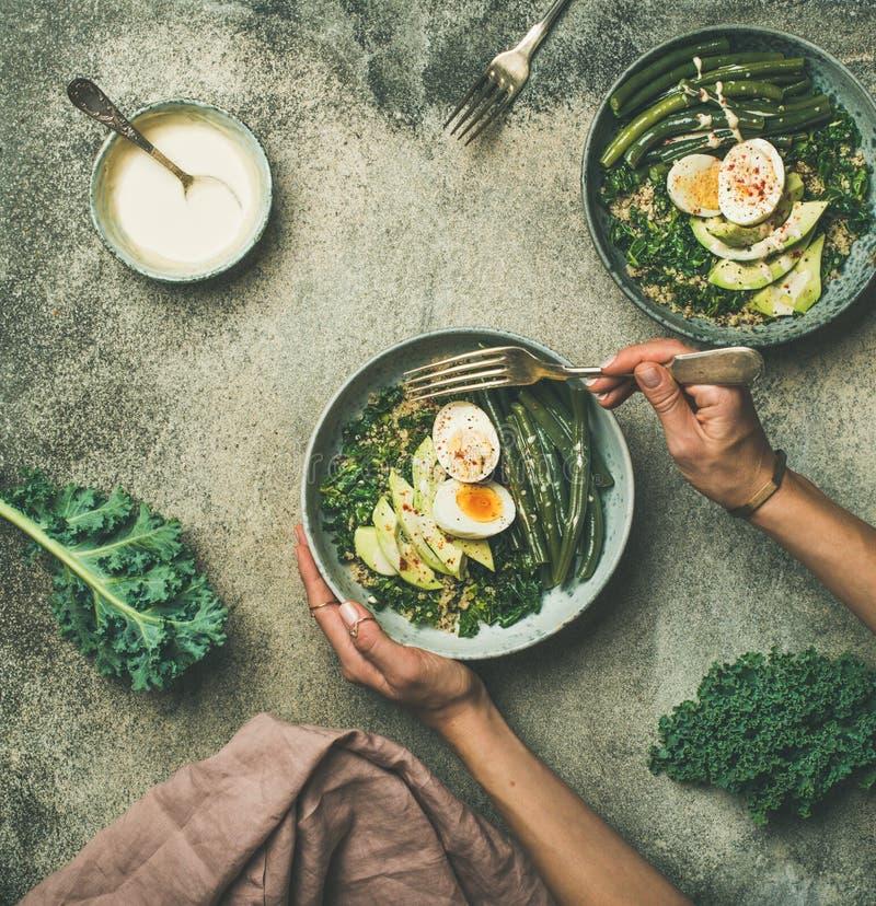 La quinoa, col rizada, habas, aguacate, huevo rueda plano-endecha, visión superior imagen de archivo