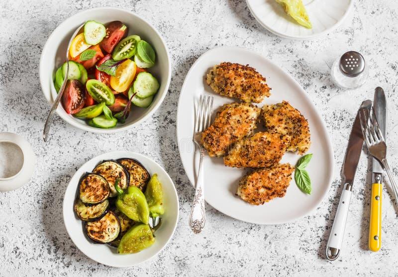 La quinoa crusted l'insalata di verdure, del pollo, la melanzana della griglia ed il pepe - tavola di cena Su un fondo leggero fotografie stock libere da diritti