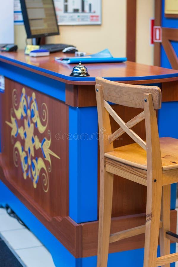 La réception vérifient dans le bureau avec la cloche, ordinateur et la chaise à l'hôtel vérifient dans le bureau, foyer sélectif photo libre de droits