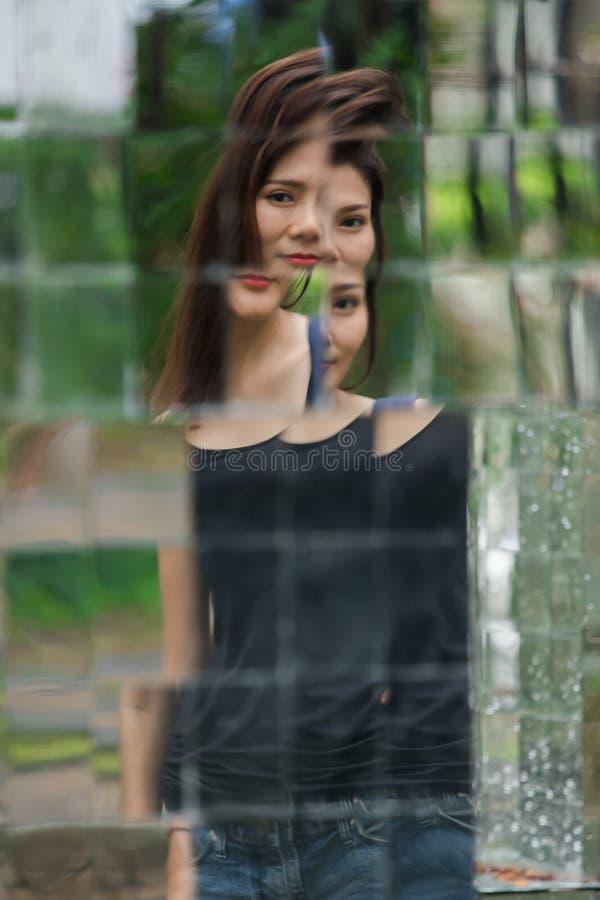 La réflexion d'une femme dans le miroir image stock