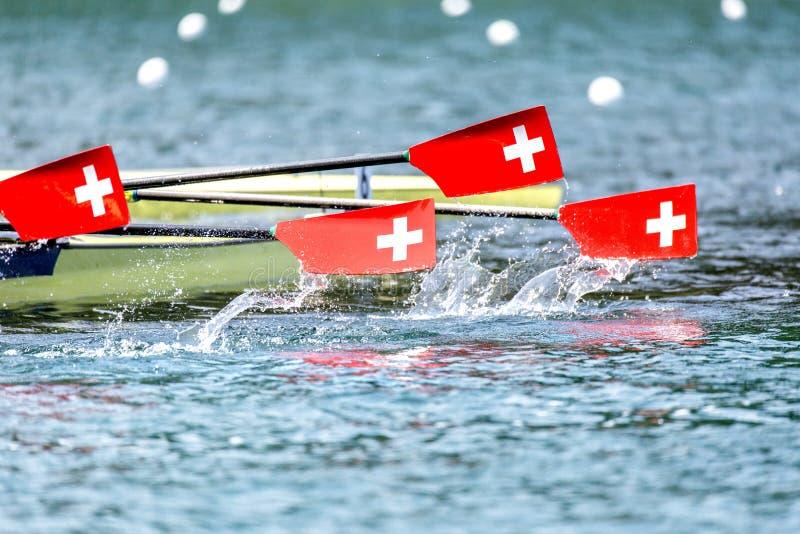 La régate d'aviron barbote la bannière suisse photos stock
