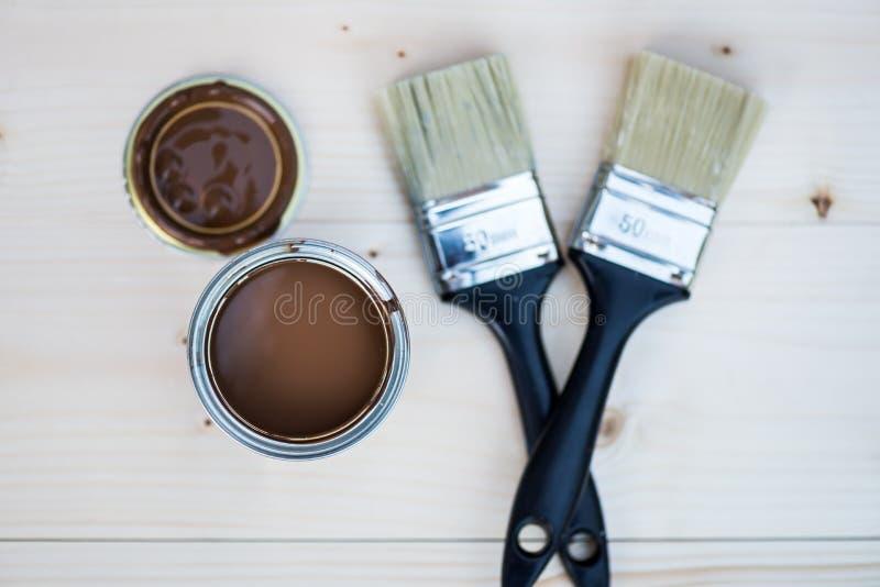 La rénovation de Chambre, peinture de Brown peut et brosse photo libre de droits