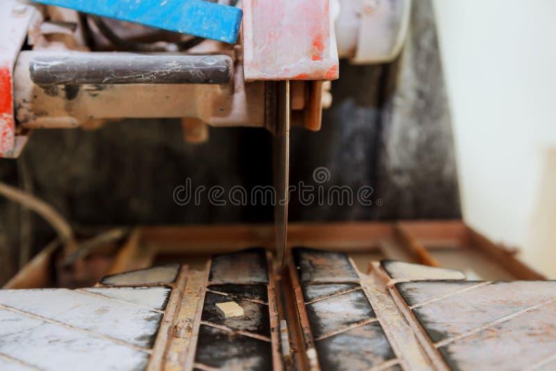 La réparation électrique de tuiles de coupes de porcelaine de scie de l'appartement photo libre de droits