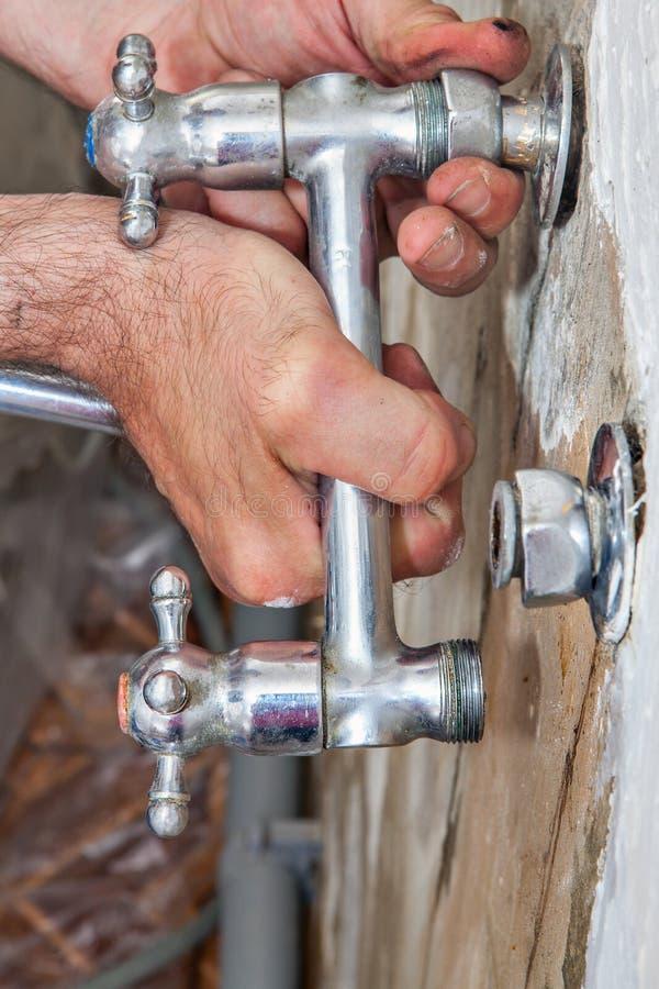 La réparation de robinet de cuisine, plombier remet tenir le plan rapproché de robinet de pont image stock