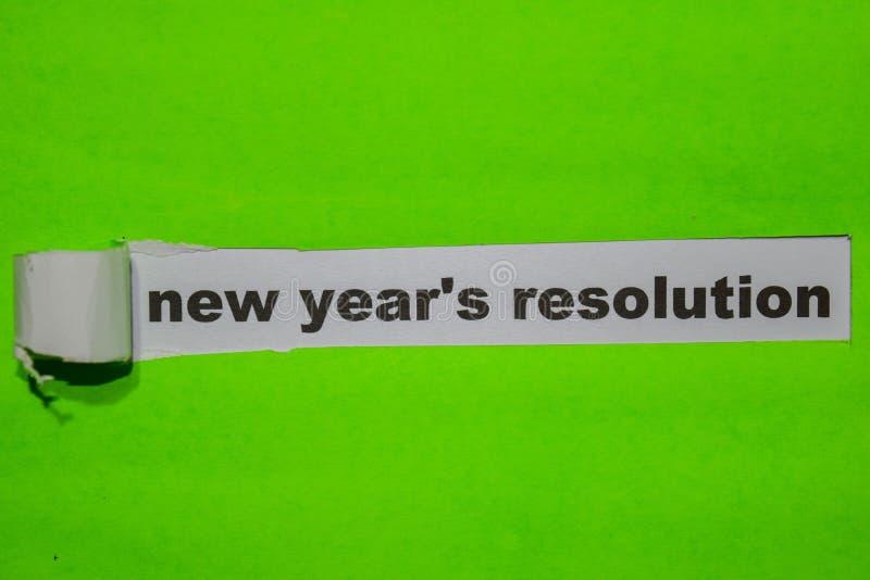 La résolution de nouvelle année, l'inspiration et le concept d'affaires sur le papier déchiré vert photos stock