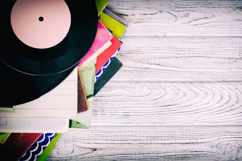 La rétro image dénommée d'une collection du vieux disque vinyle lp avec des douilles sur un fond en bois avec la vue supérieure d photos stock