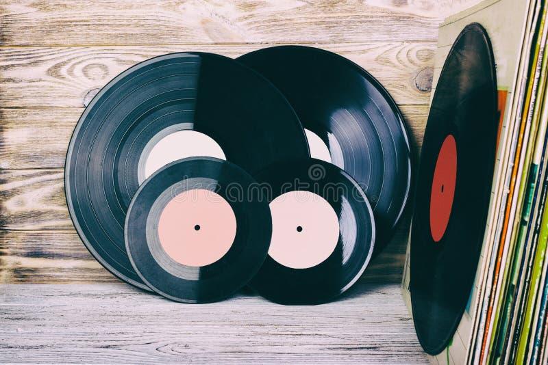 La rétro image dénommée d'une collection du vieux disque vinyle lp avec des douilles sur un fond en bois avec la vue supérieure d photographie stock libre de droits
