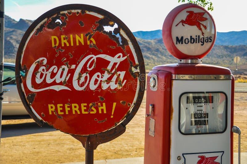 La rétro pompe à gaz et le coca-cola rouillé se connectent l'itinéraire 66 photos libres de droits