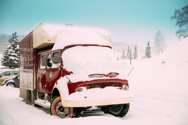 La rétro vieille voiture de camion de cru pleine a couvert la neige à l'hiver DA de Milou photo stock