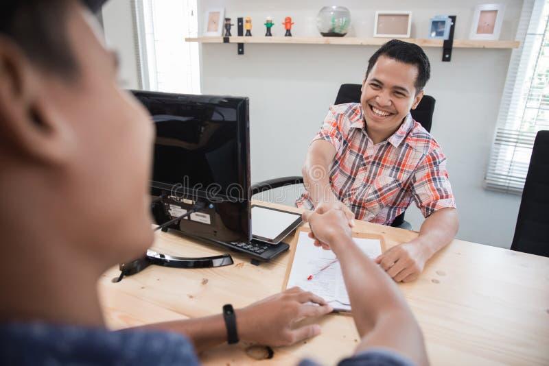 La réunion créative obtiennent une affaire en serrant la main avec l'équipe images stock
