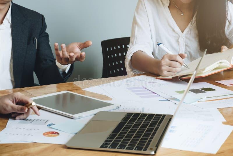 La réunion d'équipe d'affaires dans un bureau, les avocats ou les mandataires discutent image stock