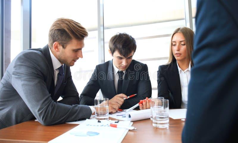 La réunion d'affaires dans un bureau, les hommes d'affaires discutent un document photos stock