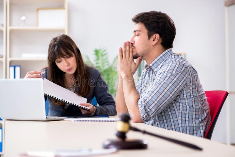 La réunion femelle d'avocat avec son client masculin dans le bureau photos libres de droits