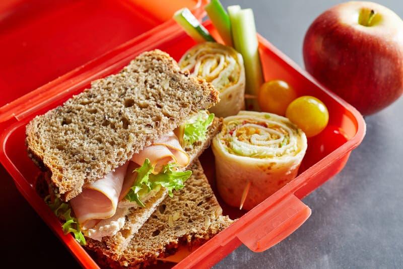 La R della plastica scherza la scatola di pranzo con alimento sano fotografie stock