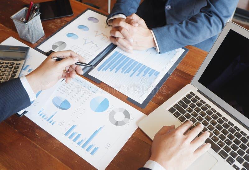 La r?union d'homme d'affaires de conseil en affaires faisant un brainstorm le projet de rapport analysent photo libre de droits