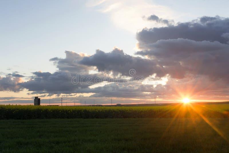 La rabina coloca con un cielo nublado en la puesta del sol fotografía de archivo