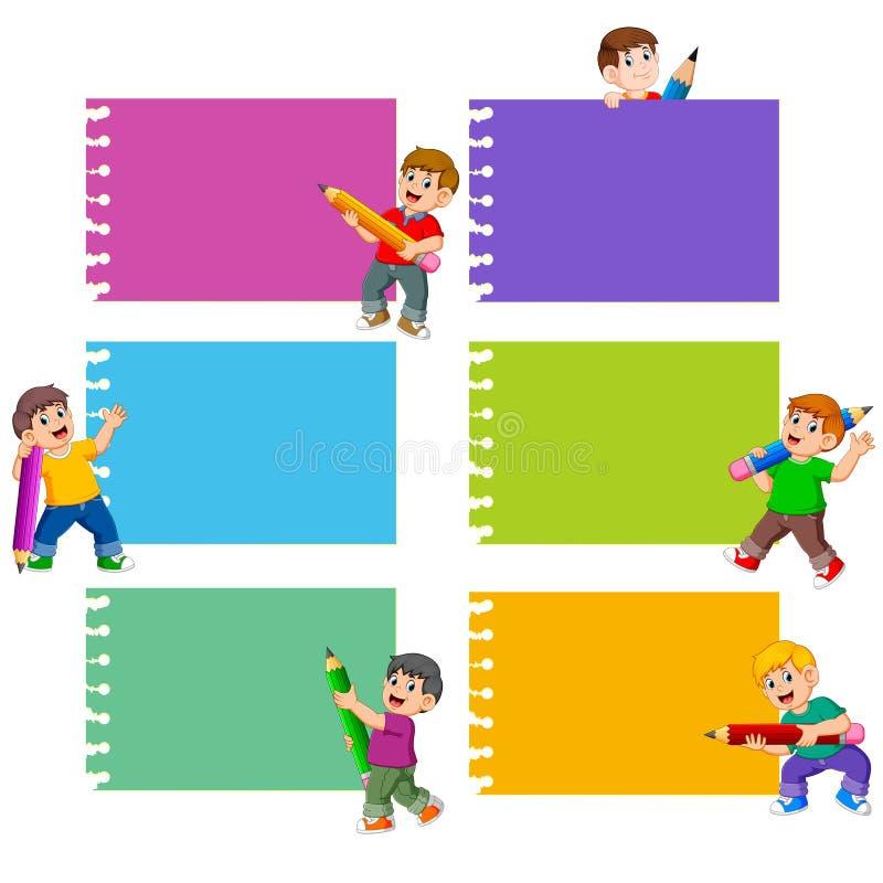 La raccolta della nota in bianco con i bambini tiene la matita royalty illustrazione gratis