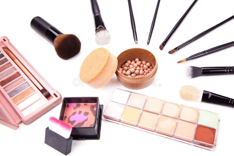 La raccolta di vario compone gli accessori Spazzola ed estetiche di trucco Una collezione di prodotti di bellezza cosmetici ha si fotografia stock