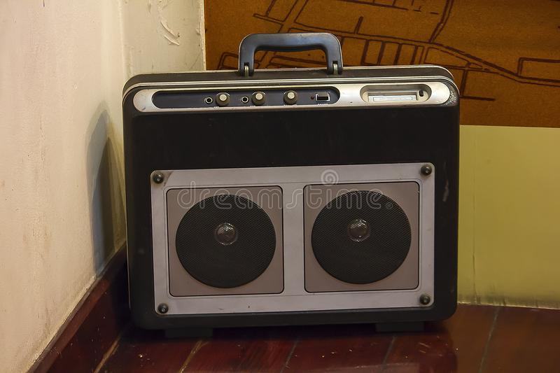La radio antigua está en el piso de madera imagen de archivo