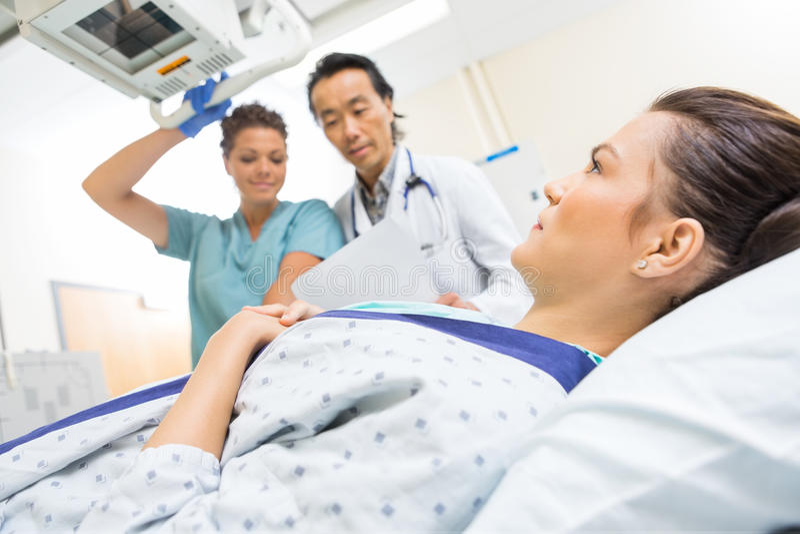 La radiografía de Team Taking Patient médico imagen de archivo