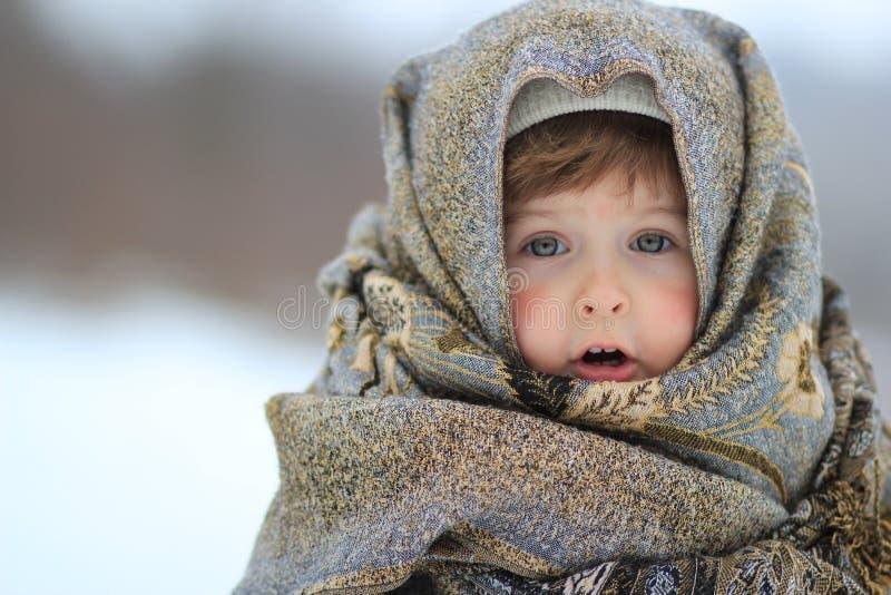 La ragazza è avvolta in una sciarpa immagini stock libere da diritti