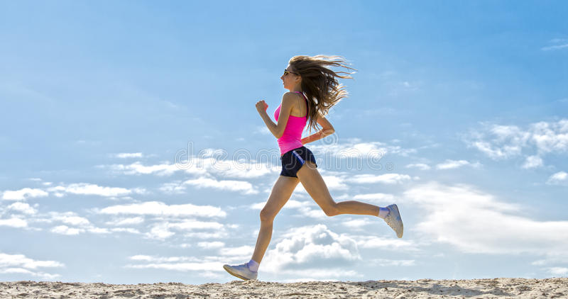 La ragazza è impegnata negli sport che pareggiano immagini stock libere da diritti