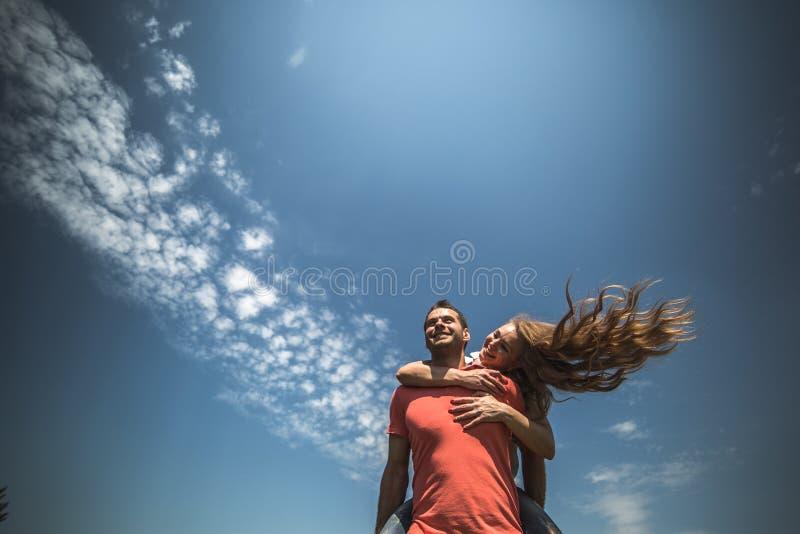 La ragazza abbraccia il suo ragazzo immagini stock libere da diritti