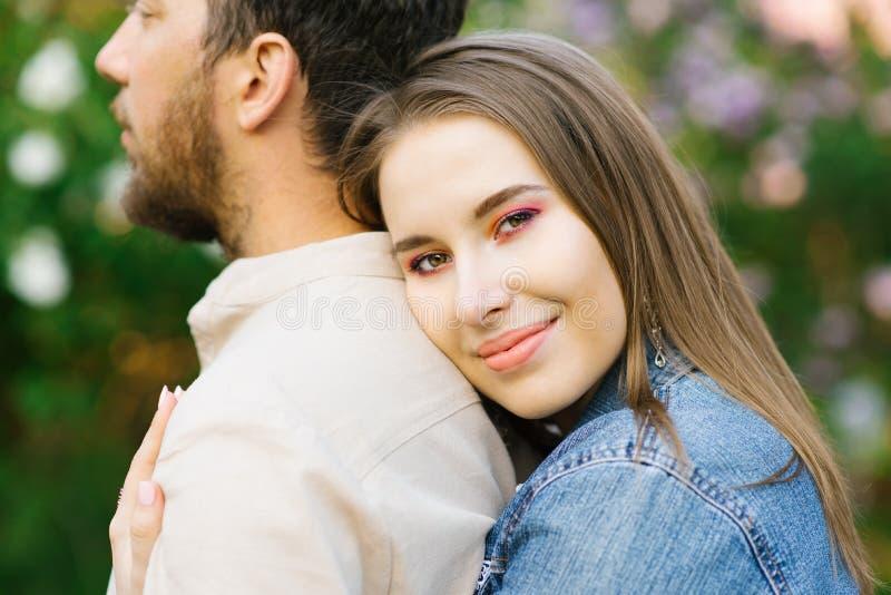 La ragazza abbraccia il tipo dalla parte posteriore immagini stock