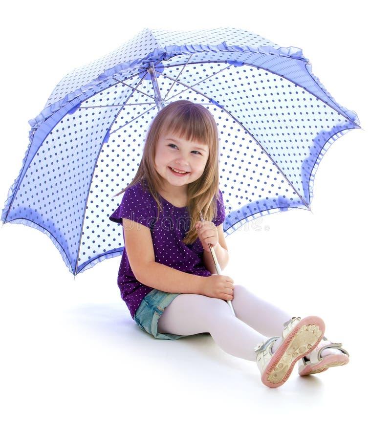 La ragazza adorabile di estate mette la seduta in cortocircuito sotto immagini stock