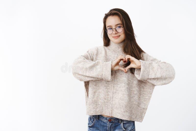 La ragazza ama il maglione accogliente in tempo freddo Ritratto della giovane donna sveglia sensuale e romantica in vetri che mos fotografie stock
