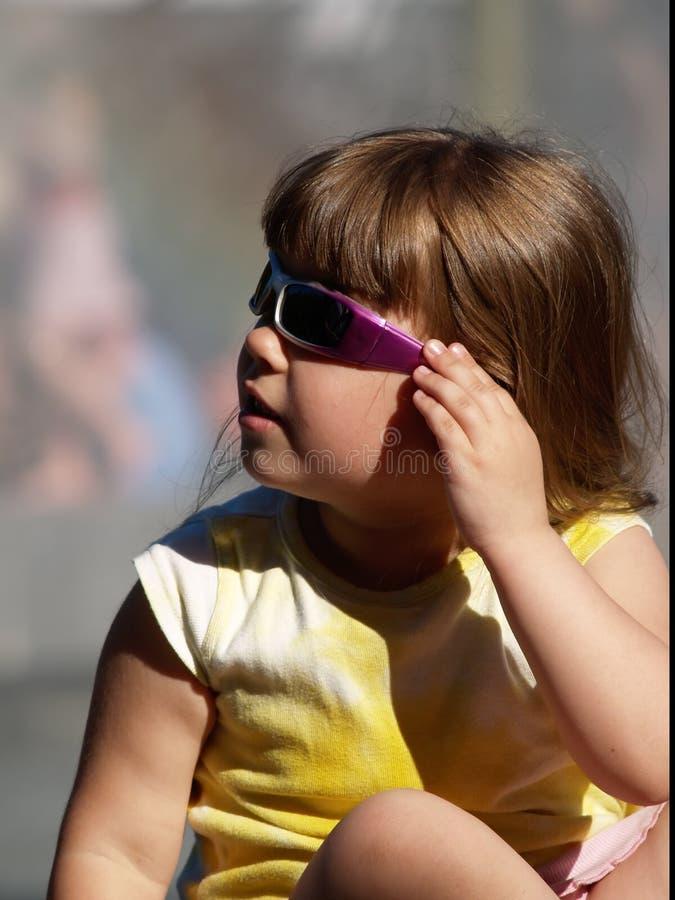 La ragazza ammira il mondo tramite gli occhiali da sole, tempo dell'estate immagine stock libera da diritti