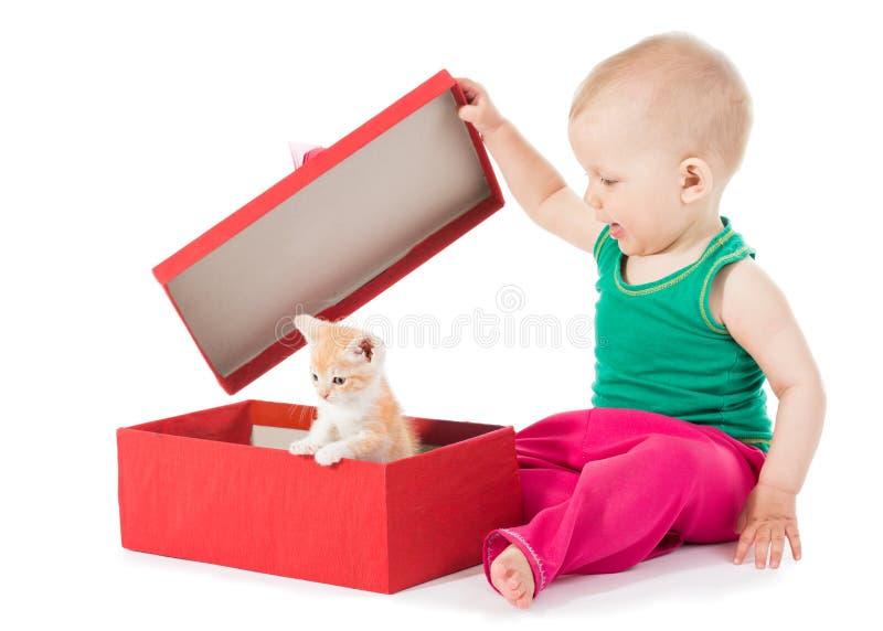 La ragazza apre un regalo fotografie stock libere da diritti