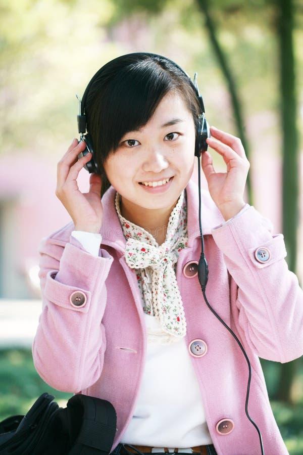 La ragazza ascolta la musica immagine stock