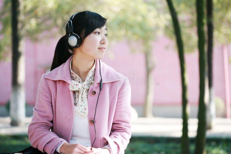 La ragazza ascolta la musica fotografie stock