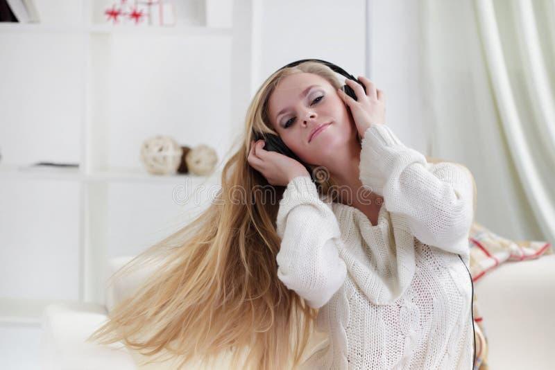 la ragazza ascolta musica i fotografie stock libere da diritti
