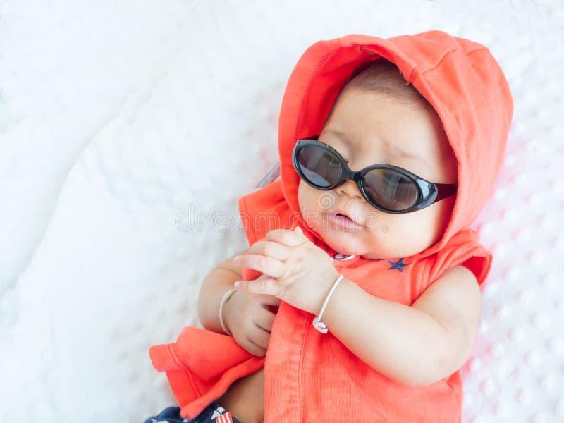 La ragazza asiatica del bambino si agghinda in vestiti svegli da modo per i neonati immagini stock libere da diritti