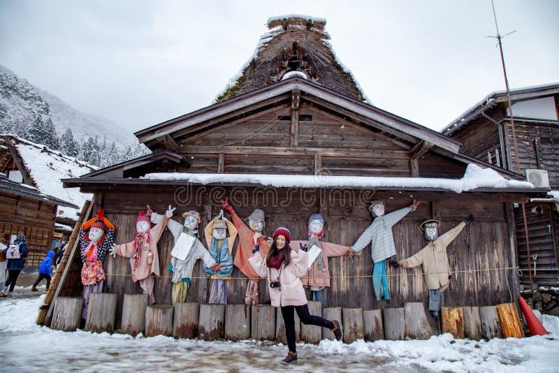 La ragazza asiatica felice con la nevicata dentro Shirakawa-va fotografie stock