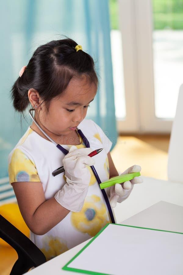 La ragazza asiatica gradisce un medico fotografia stock