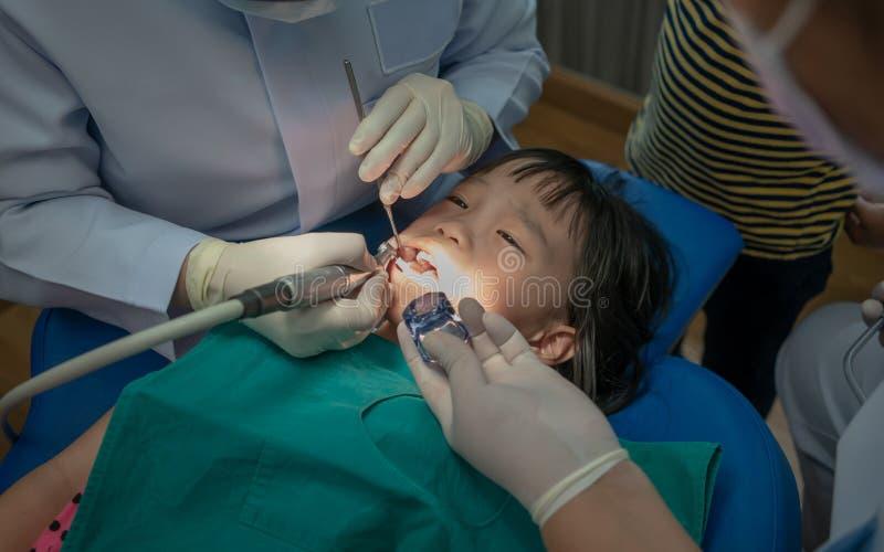 La ragazza asiatica ha incontrato il dentista per il controllo dentario sistematico e si consulta fotografia stock libera da diritti
