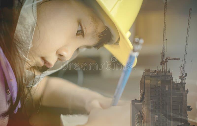 La ragazza asiatica sta lavorando duro per diventare un ingegnere di costruzione fotografia stock libera da diritti
