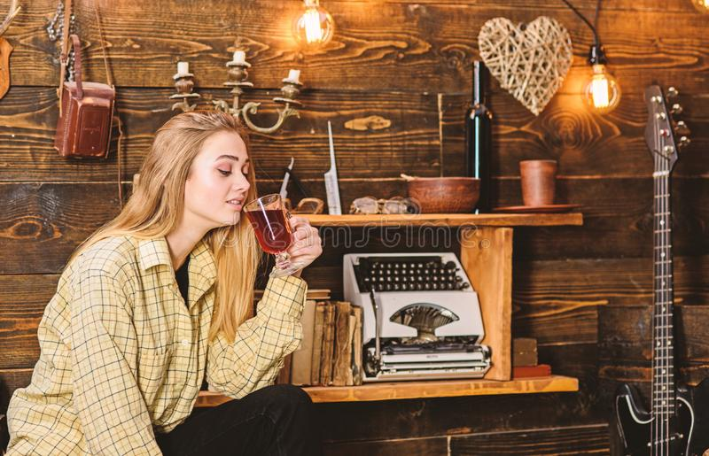 La ragazza in attrezzatura casuale si siede nell'interno d'annata di legno Signora sul fronte vago in vestiti del plaid sembra sv fotografia stock libera da diritti