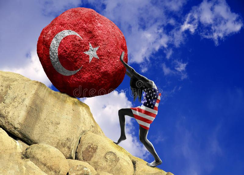 La ragazza, avvolta nella bandiera degli Stati Uniti d'America, alza una pietra alla cima sotto forma di siluetta della bandiera royalty illustrazione gratis