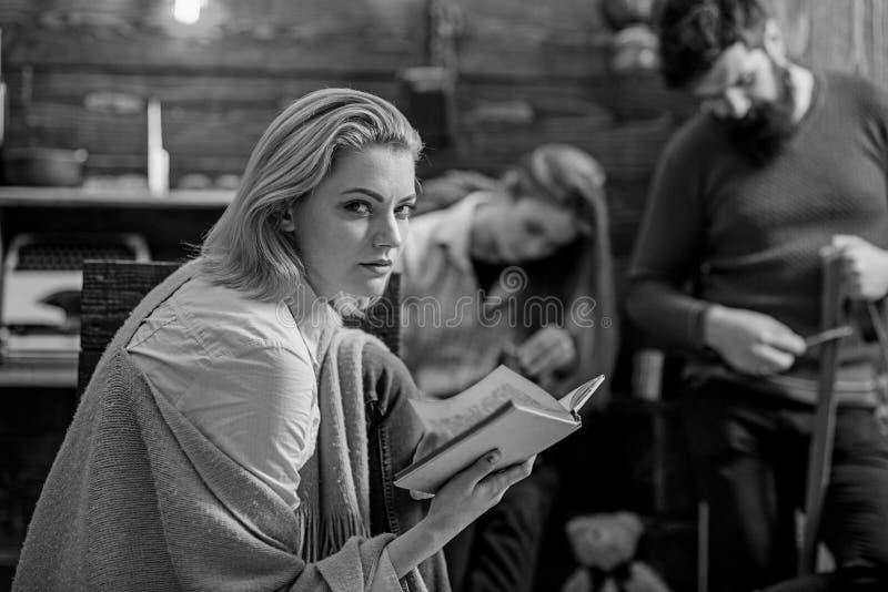 La ragazza bionda con astuzia osserva il tracciato qualcosa, concetto di cospirazione Amante dell'agente investigativo assorbente fotografia stock libera da diritti