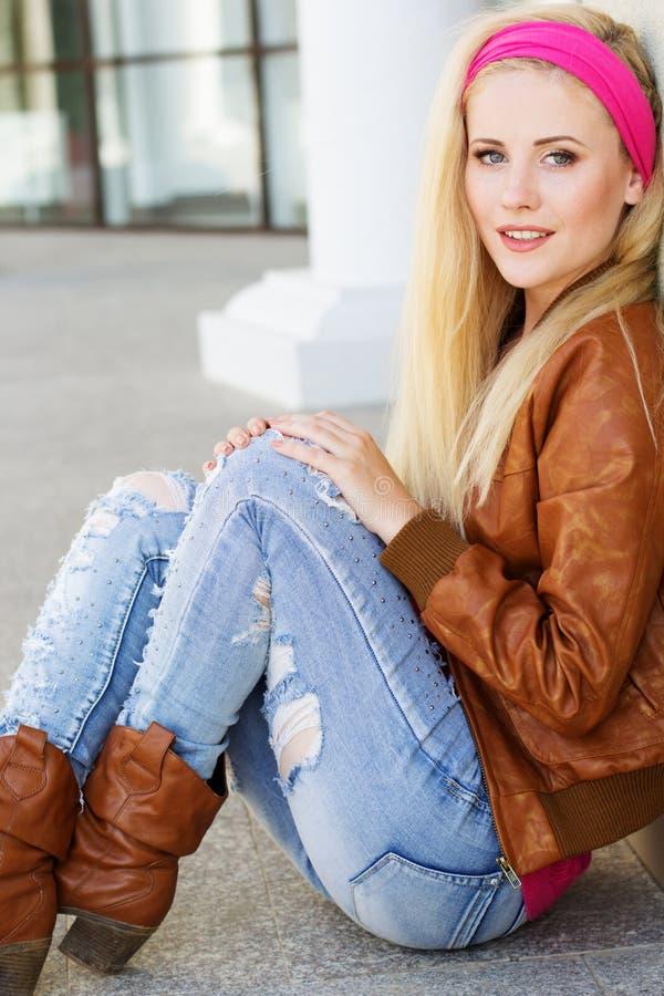 La ragazza bionda piacevole sta indossando i vestiti di autunno immagine stock