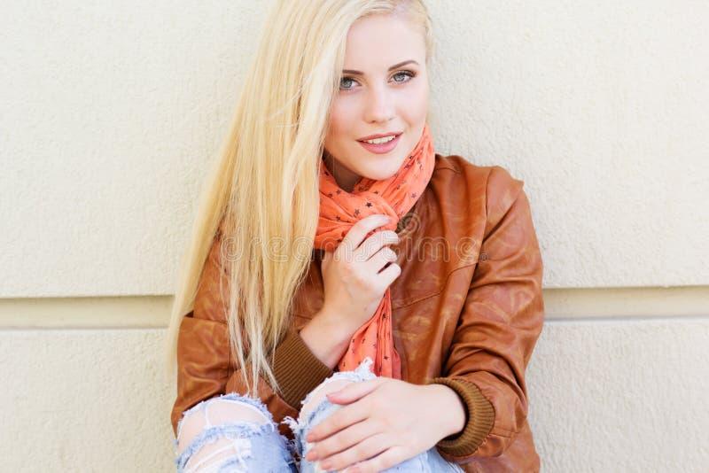 La ragazza bionda piacevole sta indossando i vestiti di autunno fotografie stock