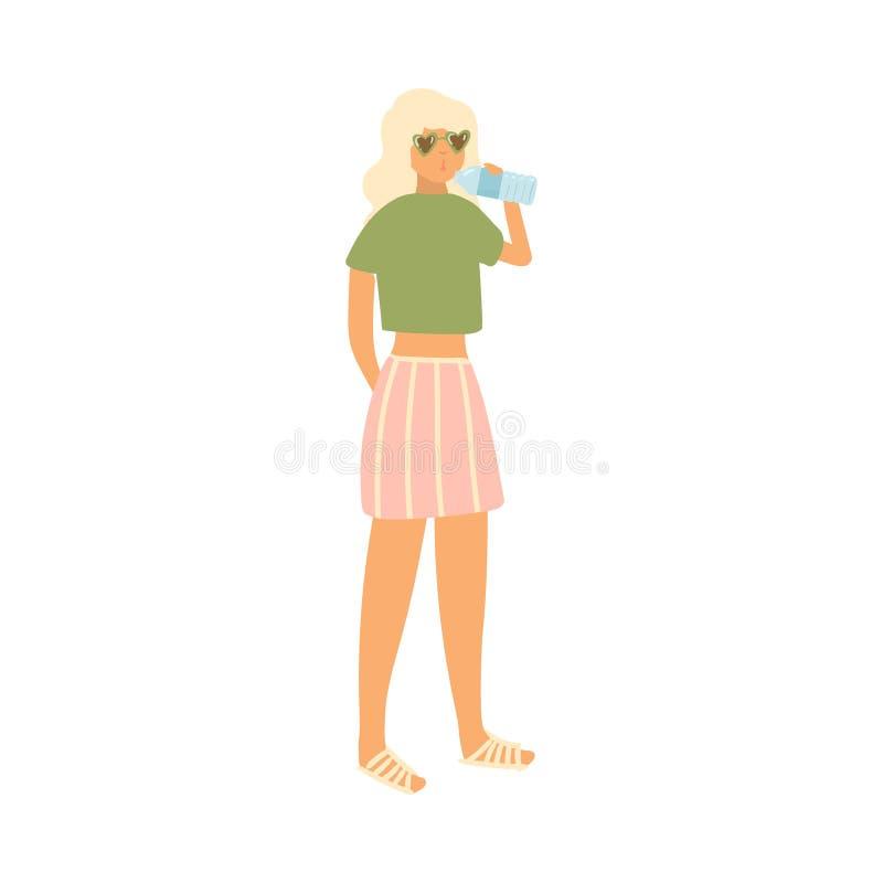 La ragazza bionda sveglia con gli occhiali da sole beve l'acqua alla spiaggia illustrazione vettoriale