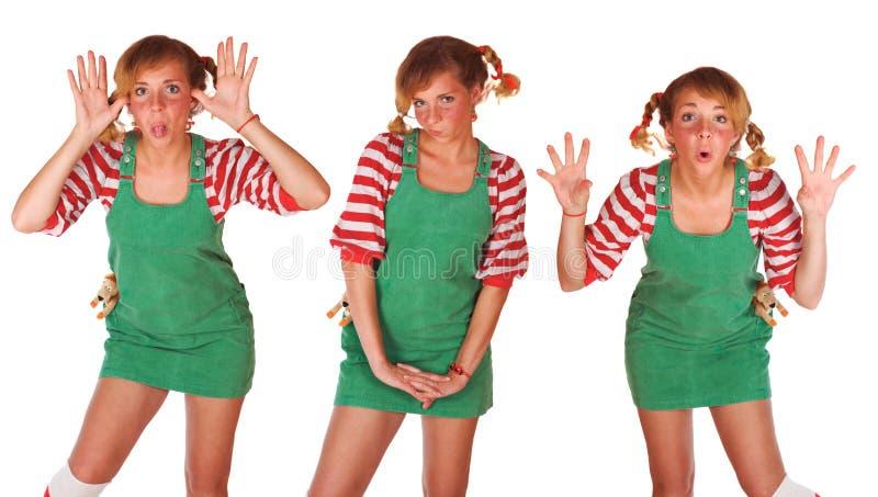 La ragazza bionda sveglia con i freckles e le emozioni si inverdicono fotografia stock