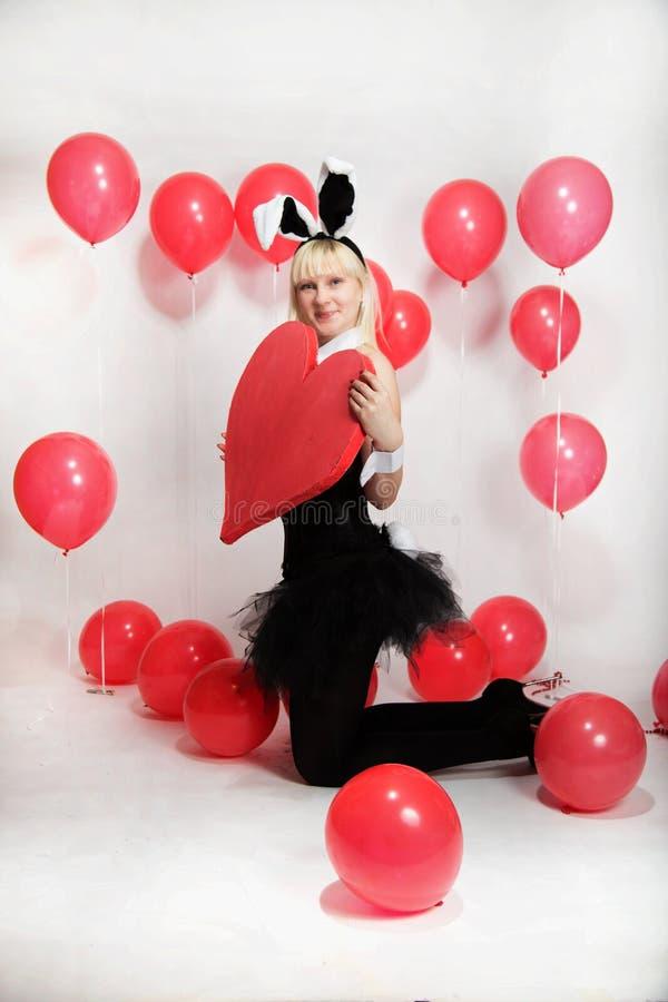 La ragazza bionda vestita come coniglietto del playboy per il San Valentino immagini stock libere da diritti