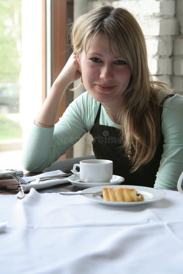 La ragazza in caffè fotografie stock